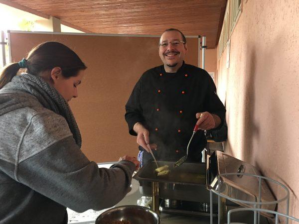 Andreas Migliore verköstigt die Gäste des Schulfestes mit Maultaschen